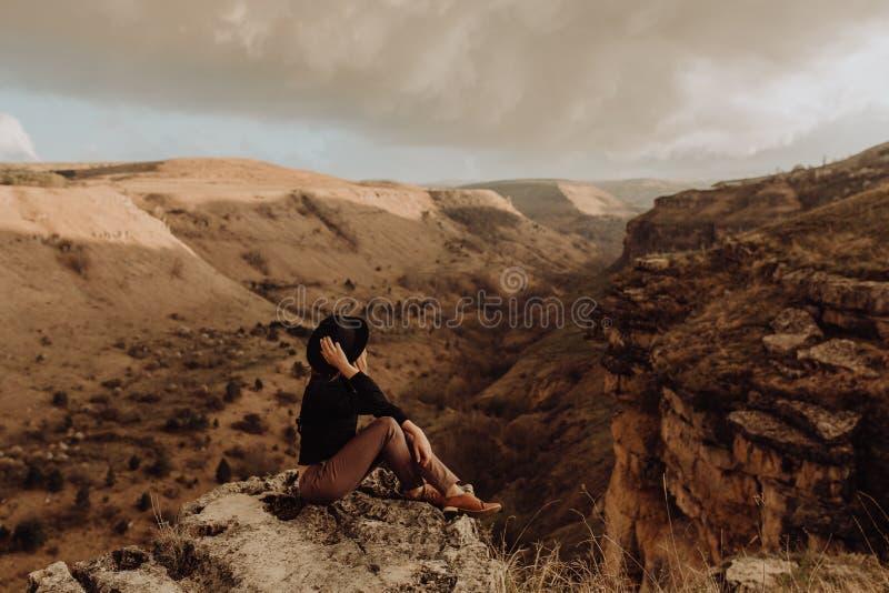 Туристы представляя для фото на загибе Аризоне подковы стоковое фото