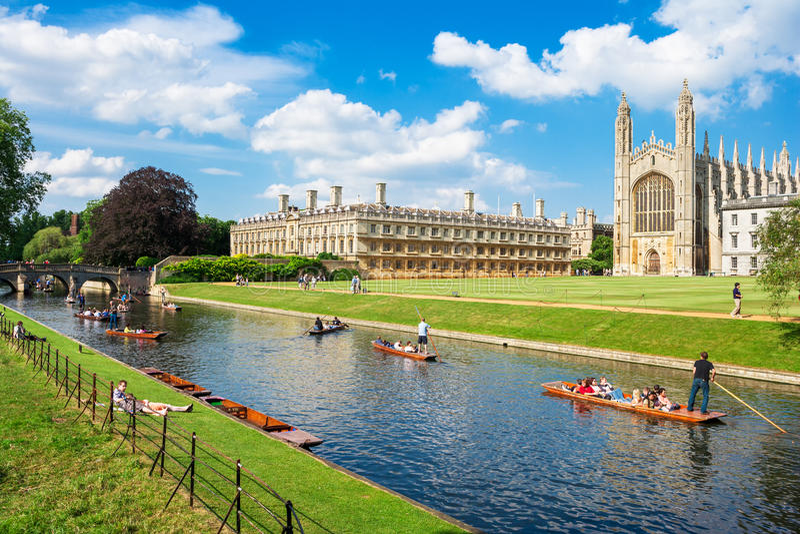 Туристы приближают к королям Коллежу в Кембриджском университете, Англии стоковая фотография