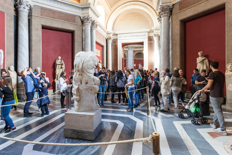 Туристы приближают к старый статуе торса бельведера стоковое изображение