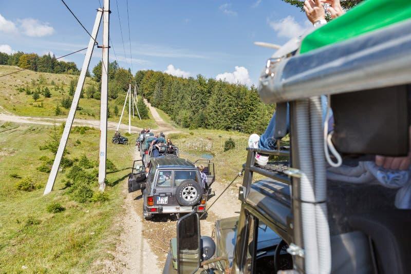 Туристы принимать весьма путешествие к прикарпатским горам, Украина стоковая фотография rf