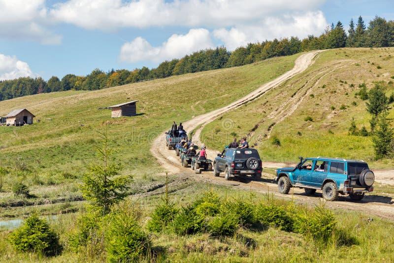 Туристы принимать весьма путешествие к прикарпатским горам, Украина стоковое изображение