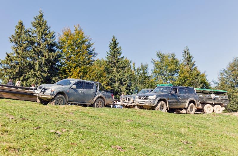 Туристы принимать весьма путешествие к прикарпатским горам, Украина стоковое изображение rf