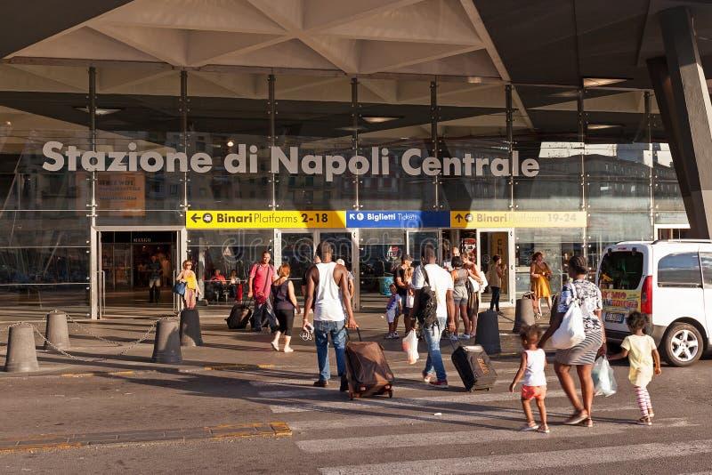 Туристы приходя в станцию тренируют к Неаполь стоковые фото
