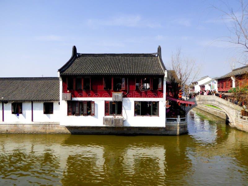 Туристы путешествуя древний город Zhaojialou стоковое изображение