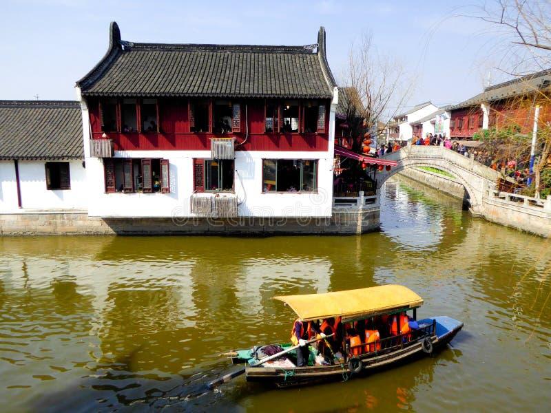 Туристы путешествуя древний город Zhaojialou стоковые фотографии rf