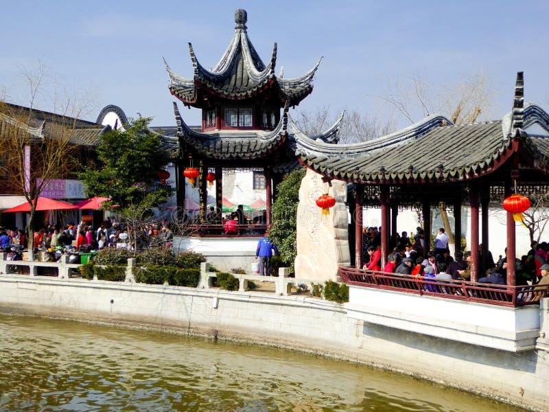 Туристы путешествуя древний город Zhaojialou стоковое изображение rf