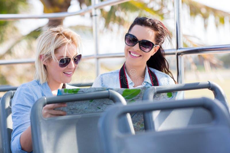 Туристы путешествуя шина стоковые изображения rf