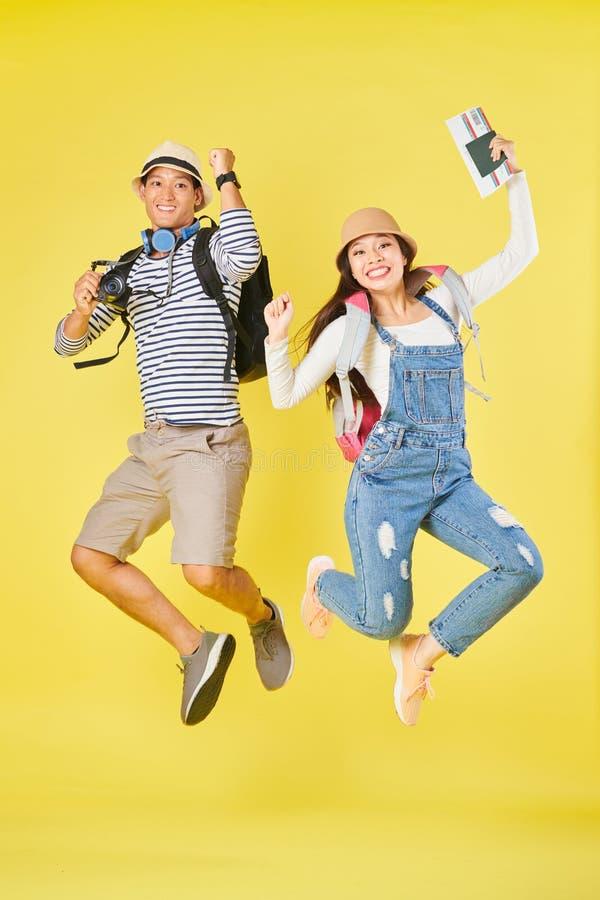 Туристы скача от ободрения стоковое фото