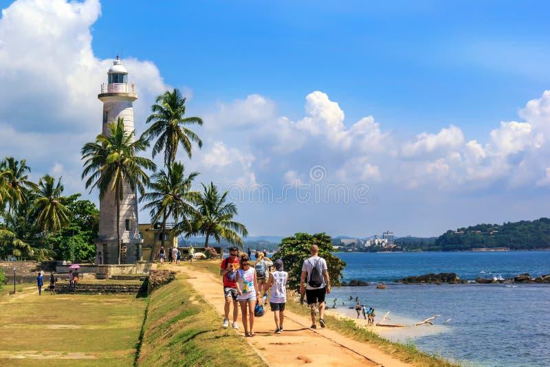 Туристы смотрят вокруг крепостной стены на солнечный день стоковое фото rf