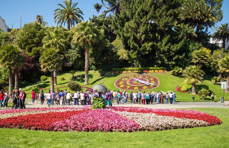 Туристы смотря цветок хронометрируют Reloj de Flores в Vina d стоковые фотографии rf