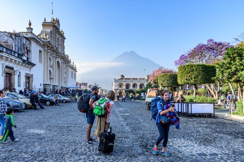 Туристы, собор, вулкан & центральная площадь, Антигуа, Гватемала стоковое фото