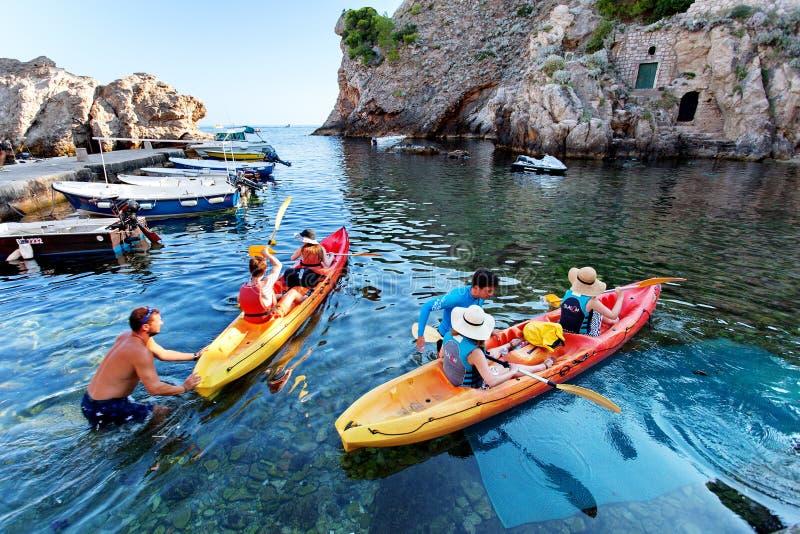 Туристы, сплавляться - старый городок Дубровника Далмации Хорватии стоковое фото rf