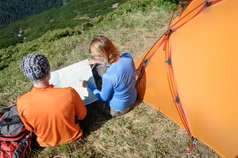 Туристы с картой в горах Взгляд сверху стоковые фотографии rf