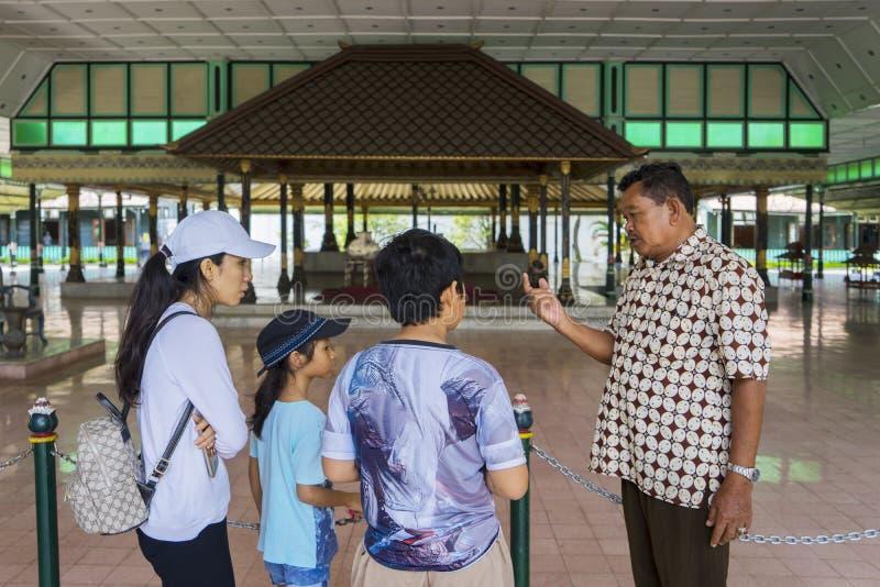 Туристы с туристическим гидом в Bangsal Pagelaran стоковые изображения