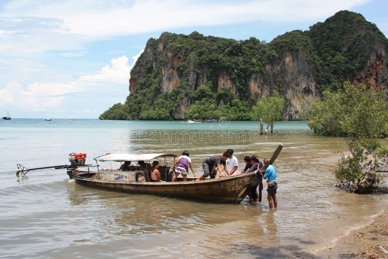 туристы Таиланда longtail шлюпки стоковое изображение