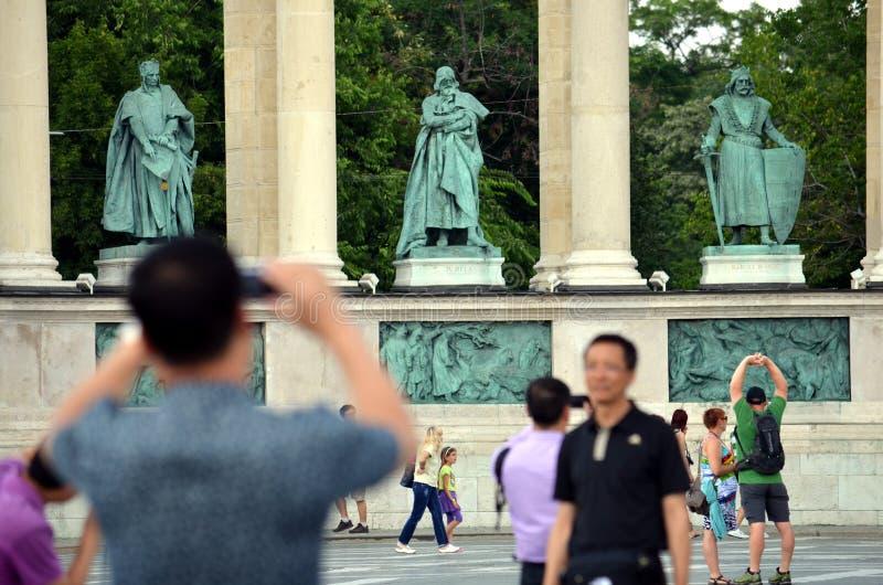 Туристы фотографируют на Heroes' Квадрат стоковая фотография rf