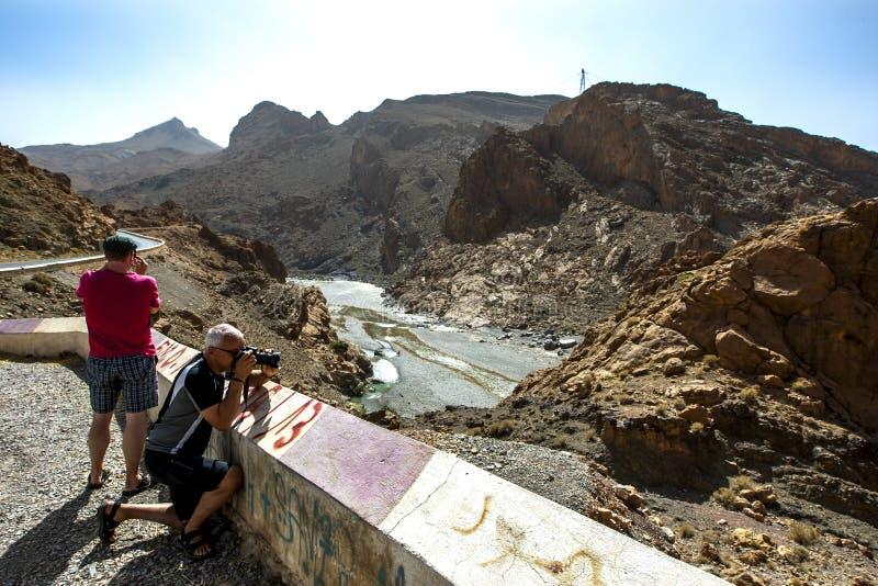 Туристы фотографируя Ziz Rver в долине Ziz в высоких горах атласа Марокко стоковое фото