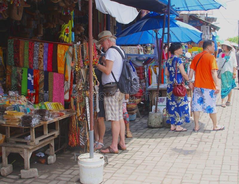 Туристы ходят по магазинам на рынке искусства в Ubud, Бали стоковая фотография rf