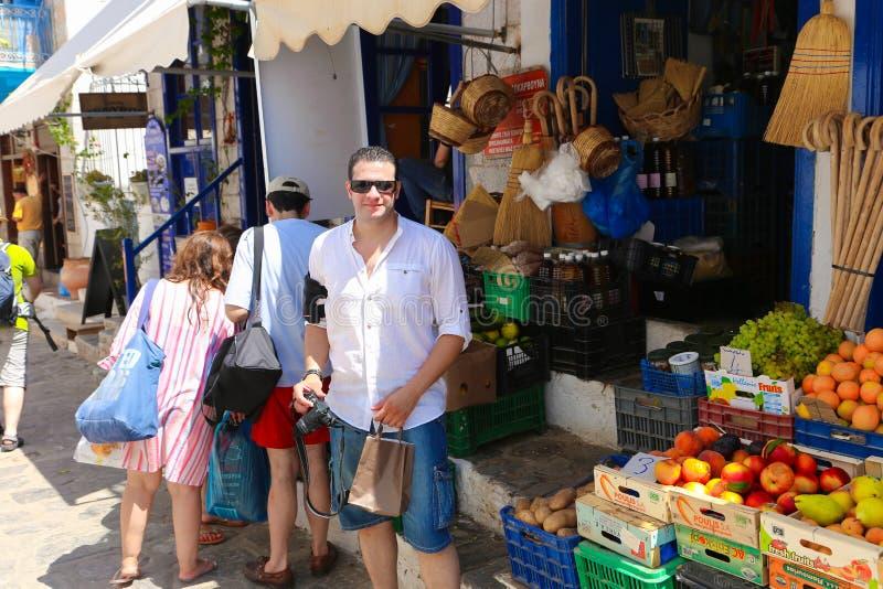 Туристы ходя по магазинам на острове гидры - Греции стоковое изображение