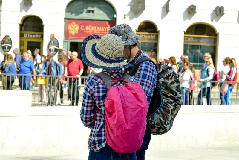 Туристы человек и женщина с рюкзаками, взгляд задней части стоковые фотографии rf
