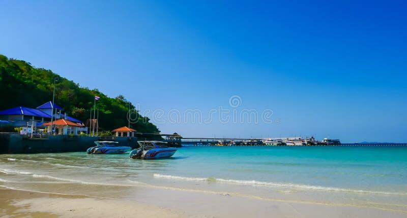 Туристы шлюпки ждать на Koh Larn пляжа Известные туристические достопримечательности и популярный стоковая фотография