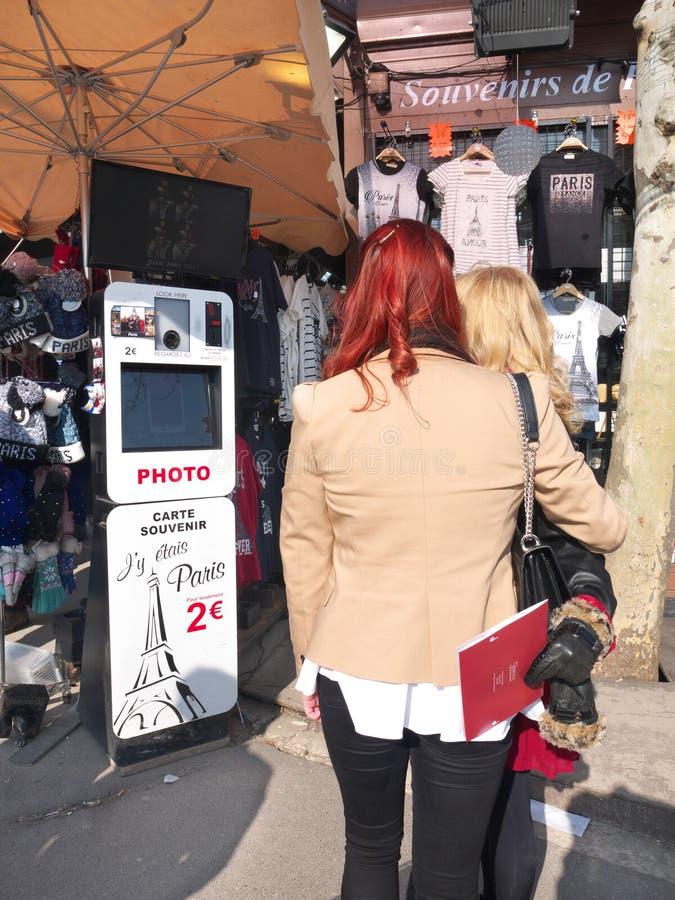 Туристы Эйфелева башни будочки фото Selfie сувенира Парижа стоковое изображение rf