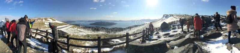 Туристы людей озера горы взгляда панорамы верхние apan стоковые изображения rf