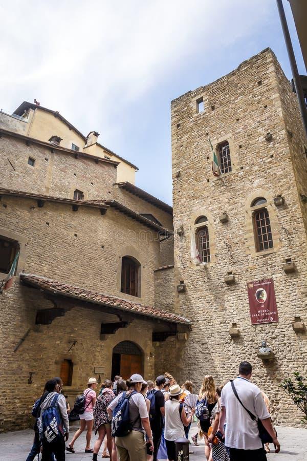Туристы queued вверх ждать для посещения дома рождения итальянского поэта Данте Алигьери во Флоренс стоковые фотографии rf