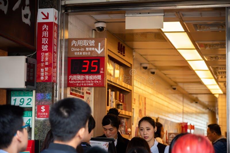 Туристы queuing на первоначальном ресторане mainstore Tai Fung Din стоковая фотография