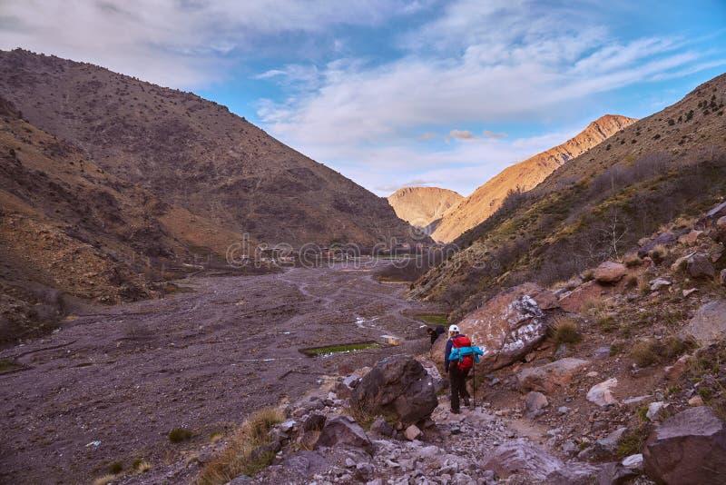 Турист возвращающ назад в Imlil стоковое изображение