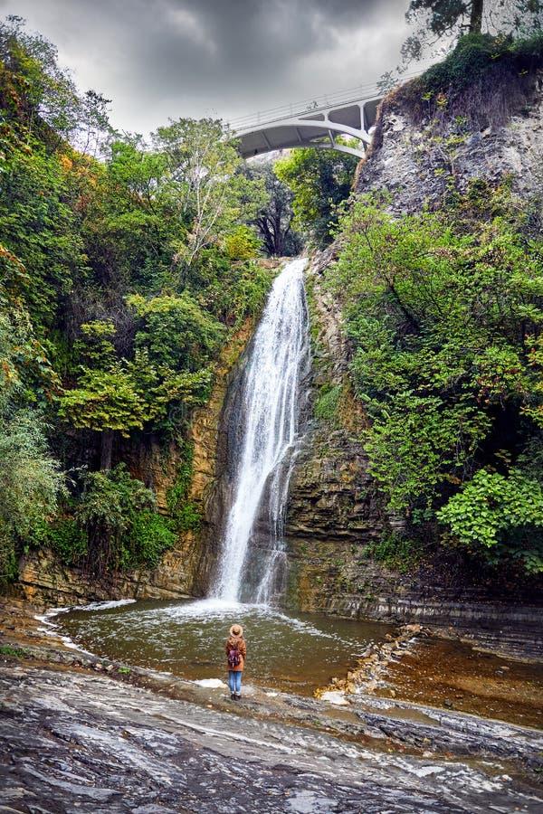 Download Турист в ботаническом саде в Тбилиси Стоковое Изображение - изображение насчитывающей cityscape, город: 108431367