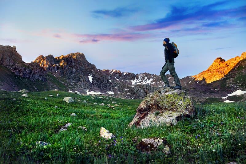 Турист в горах стоковое изображение rf