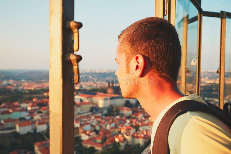 Турист в городе стоковое изображение