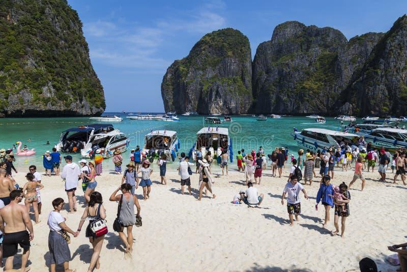 Турист в заливе Майя Phi Le Phi Ko острова, провинция Krabi, тайская стоковые фото