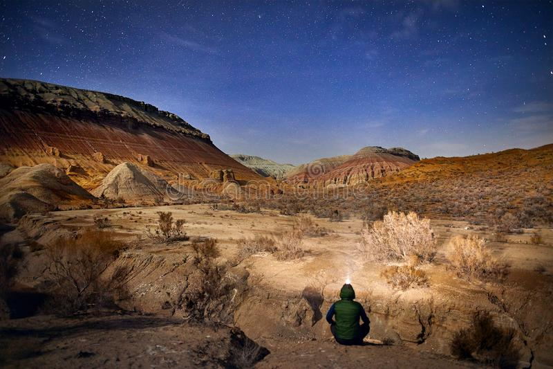 Download Турист в пустыне на ноче стоковое изображение. изображение насчитывающей холм - 113819129