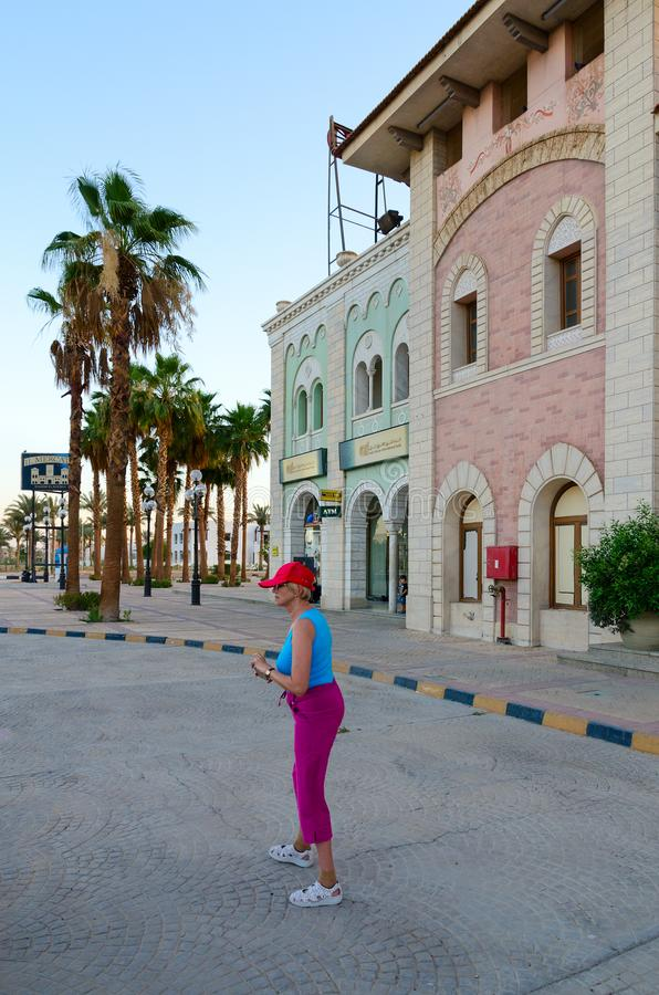 Турист в районе дела и покупок и развлечений Il Mercato в Hadaba, Sharm El Sheikh, Египте стоковые фото