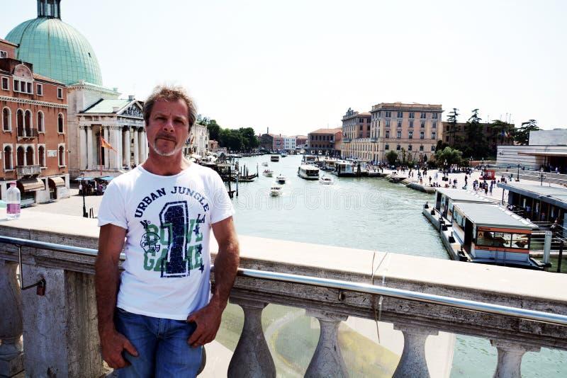 Турист, грандиозный канал и архитектура в Венеции, в Европе стоковое фото
