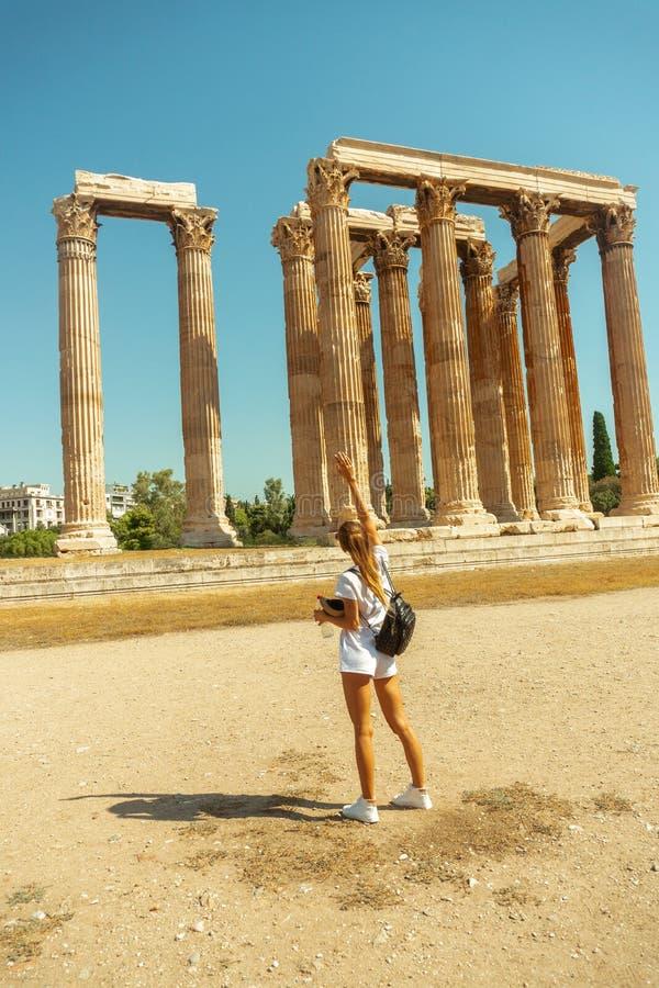 Турист девушки в виске древнегреческия Зевса стоковые фотографии rf