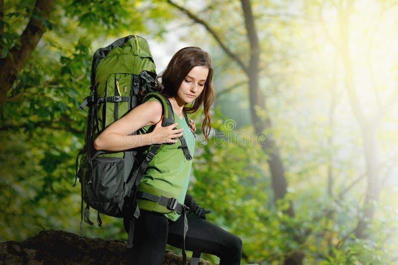 Турист девушки при рюкзак идя к горе стоковое изображение rf