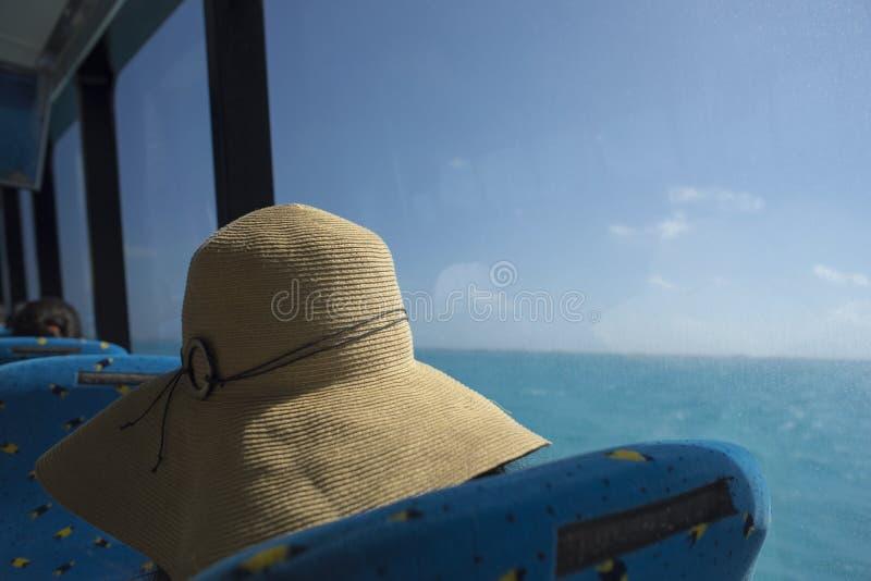 Турист девушки с шляпой пляжа на карибском круизе стоковая фотография rf