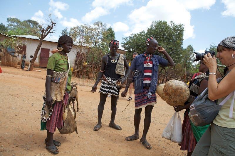 Туристские и африканские люди стоковые изображения