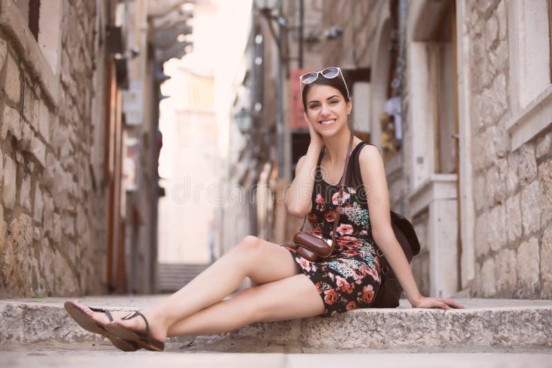 Турист женщины захватывая памяти Турист молодой женщины, кочевник, backpacker Красивая женщина путешествуя самостоятельно Korcula стоковое фото rf