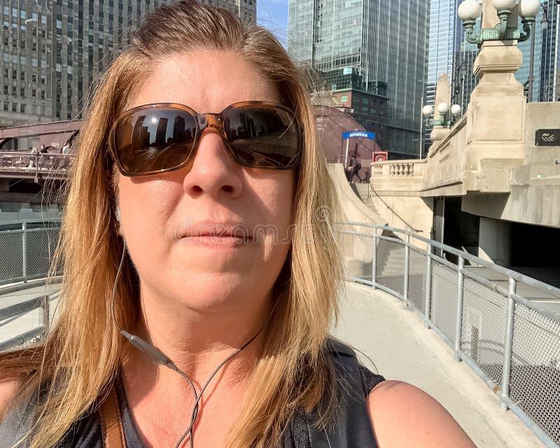 Турист женщины наслаждаясь летом на riverwalk Чикаго стоковое фото rf