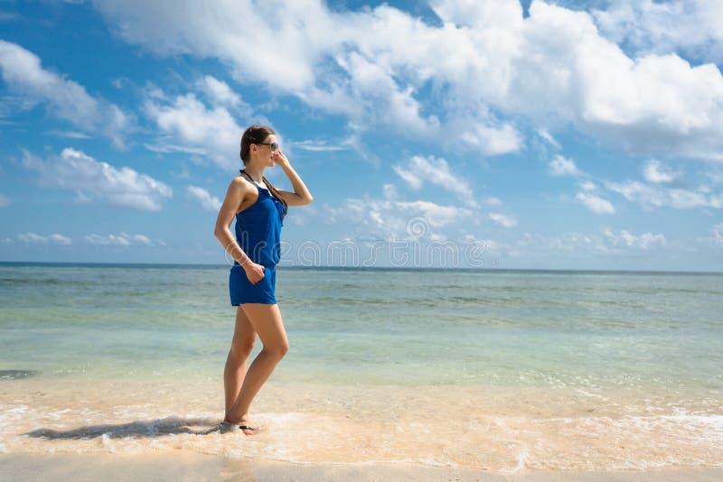 Турист женщины на море смотря к горизонту стоковые фото