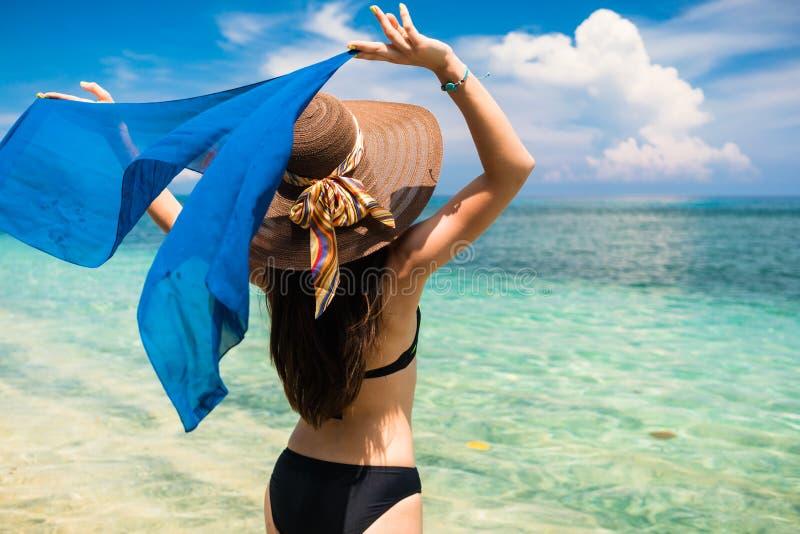 Турист женщины на тропическом пляже на каникулах стоковое изображение rf