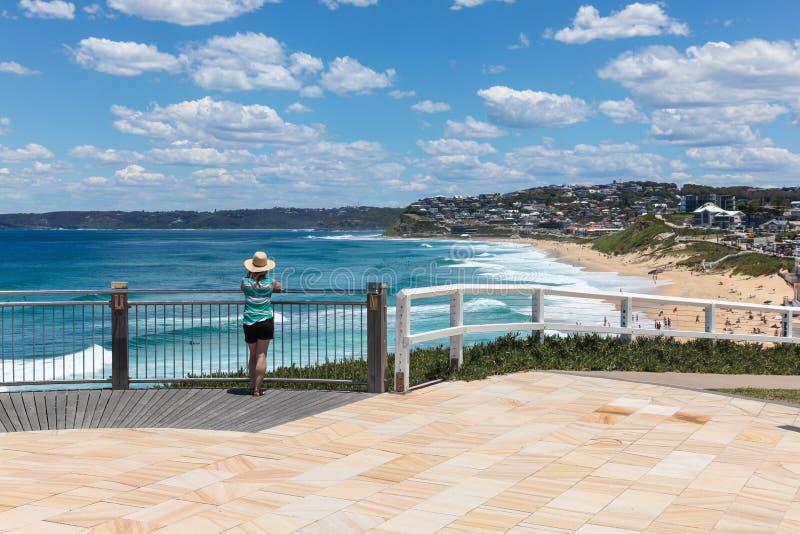 Турист наслаждаясь взглядом - пляжем бара Ньюкасл Австралией стоковое фото rf