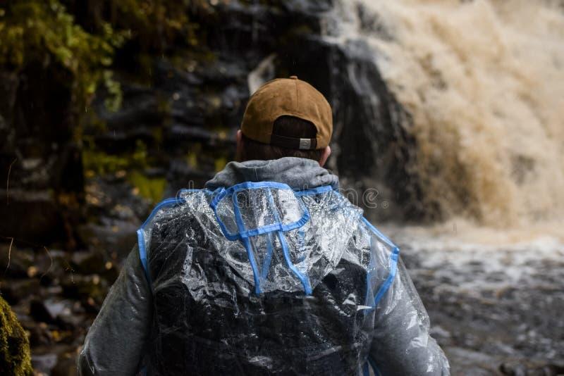 Турист на водопаде стоковая фотография rf