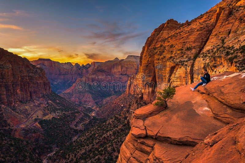 Турист на каньоне обозревает в национальном парке Сиона стоковые фото