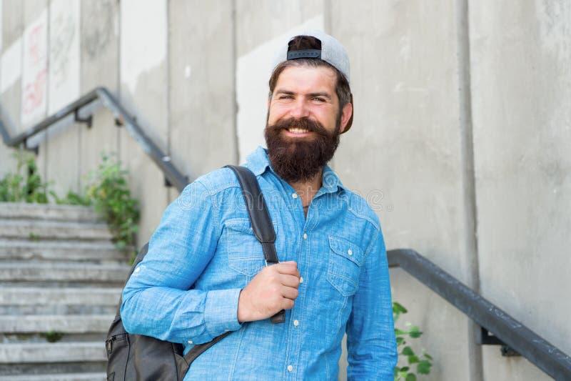 Турист на лестницах идет осмотр достопримечательностей Праздник плана на бюджете Путешествовать самопроизвольно большой Медленное стоковое изображение