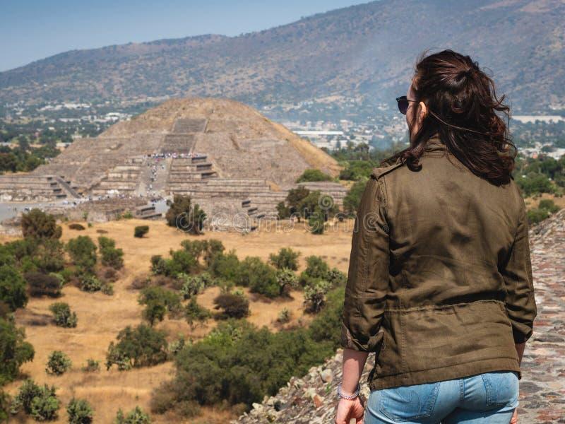 Турист на пирамидах Teotihuacan около Мехико, Мексики стоковые фотографии rf